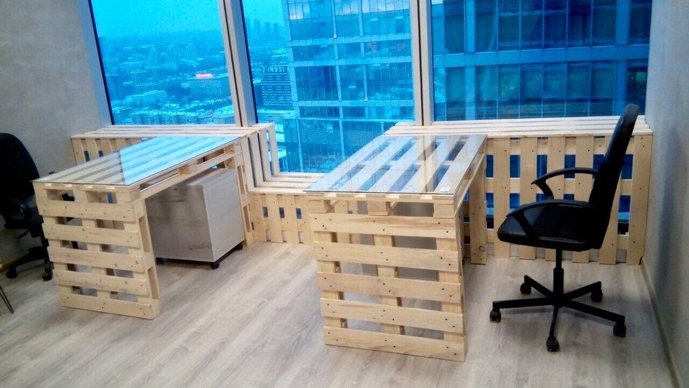 """Вот так выглядятреальные рабочие столы """"из поддонов"""", изготовленные по схемам выше. Размеры, указанные в списке деталей, соответствуют деталям, использованным для этих столов"""