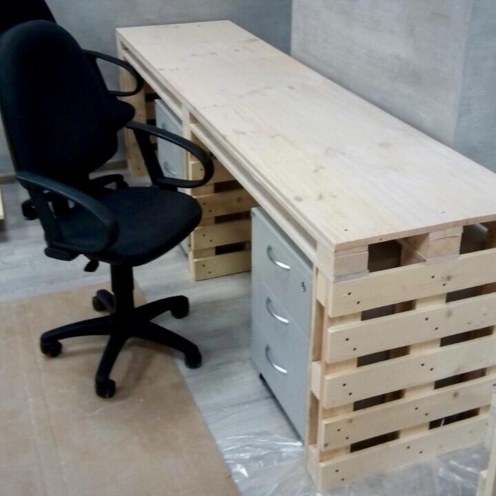 """Компьютерный стол """"из паллет"""" на 2 рабочих места со столешницей из мебельного щита"""