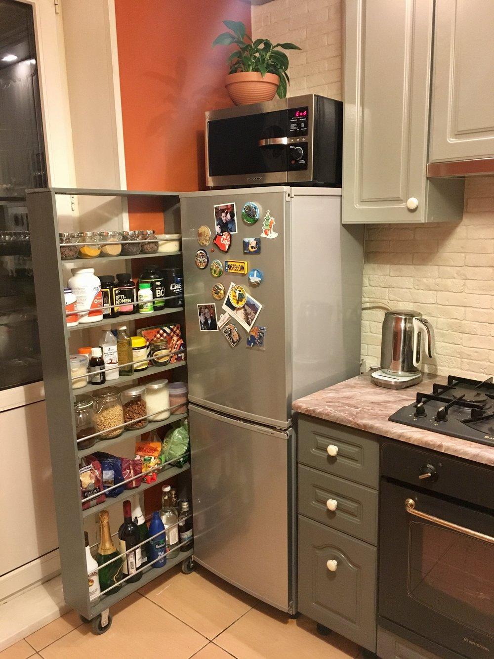 Выдвижная полка за холодильником своими руками. Фото, чертеж и список деталей