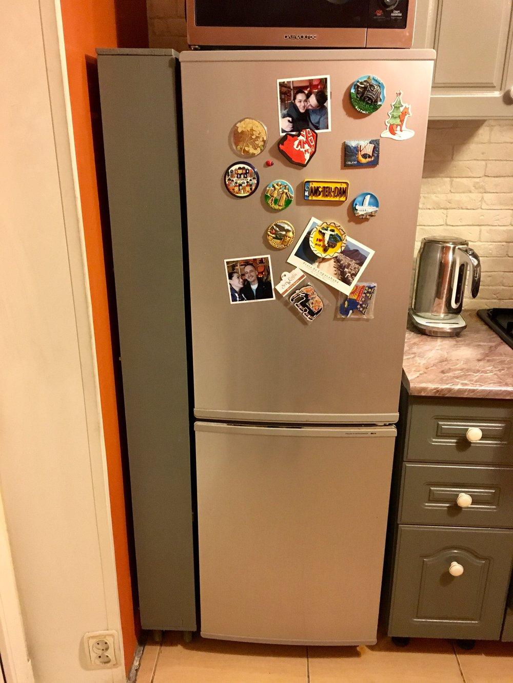 Удобная и вместительная выдвижная полка за холодильником своими руками