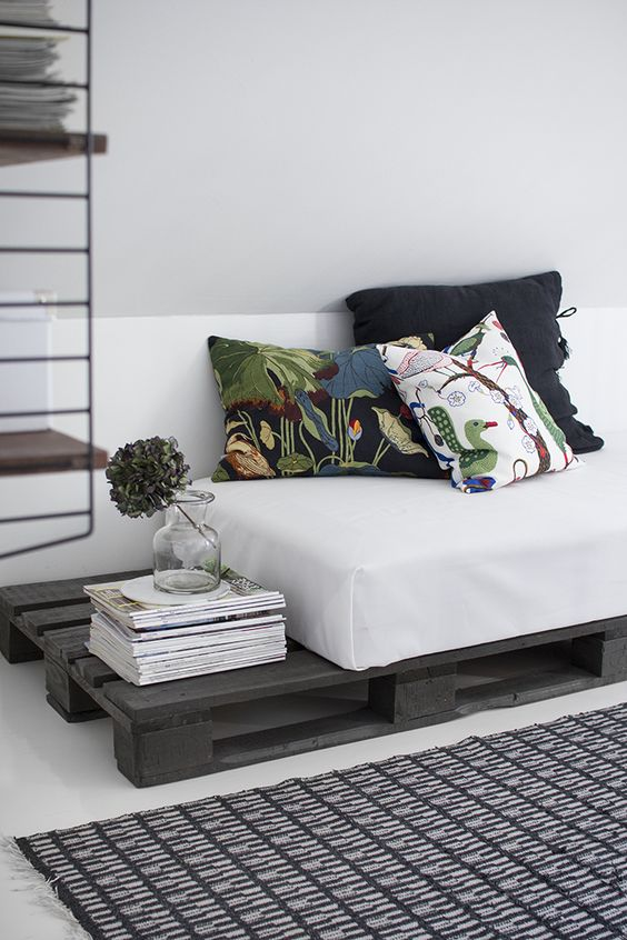 диван для гостиной из поддонов источник:  Meilla Kotona