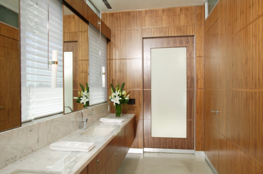 Modern-bathroom-with-aluminum-baseboards.jpg