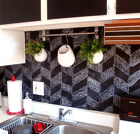 Стена, окрашенная краской для меловых досок, в качестве кухонного фартука