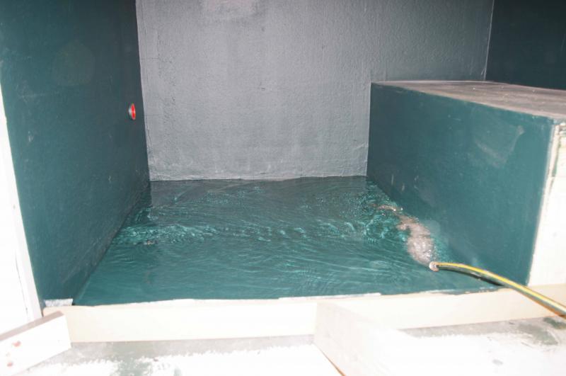 """На фото показаны гидроиспытания душевой с применением временной дамбы. В США и Канаде в основном частные дома, они не особо боятся залить соседей, поэтому иногда не делают """"гидроизоляционную ванну"""", а обходятся гидроизоляцией только самых мокрых зон. источник"""
