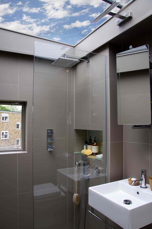 если прикрыть рукой окно, то останется просто маленькая серая ванная.источник