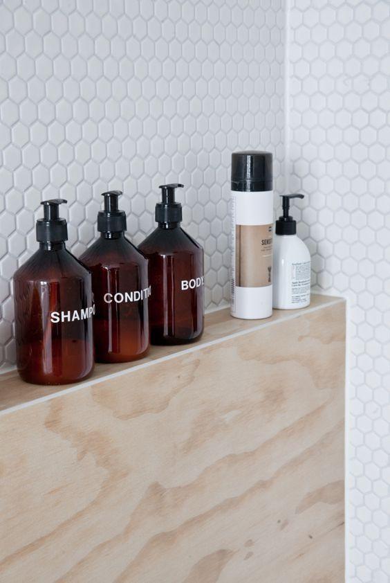 одинаковые бутылочки для шампуня и гелей источник
