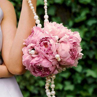 букет невесты в виде шара из пионов с украшением из бус