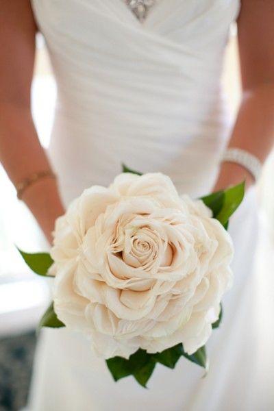 составной свадебный букет из лепестков роз