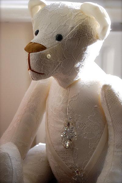 плюшевый медведь, сшитый из свадебного платья  источник