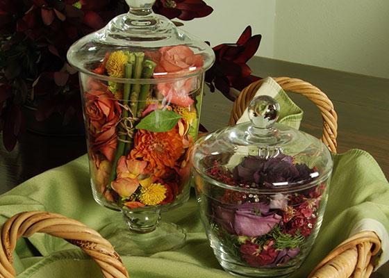 украшение стола с цветами из свадебного букета  источник
