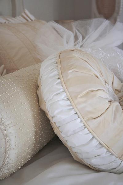 сшейте чехлы для подушки из своего старого свадебного платья  источник