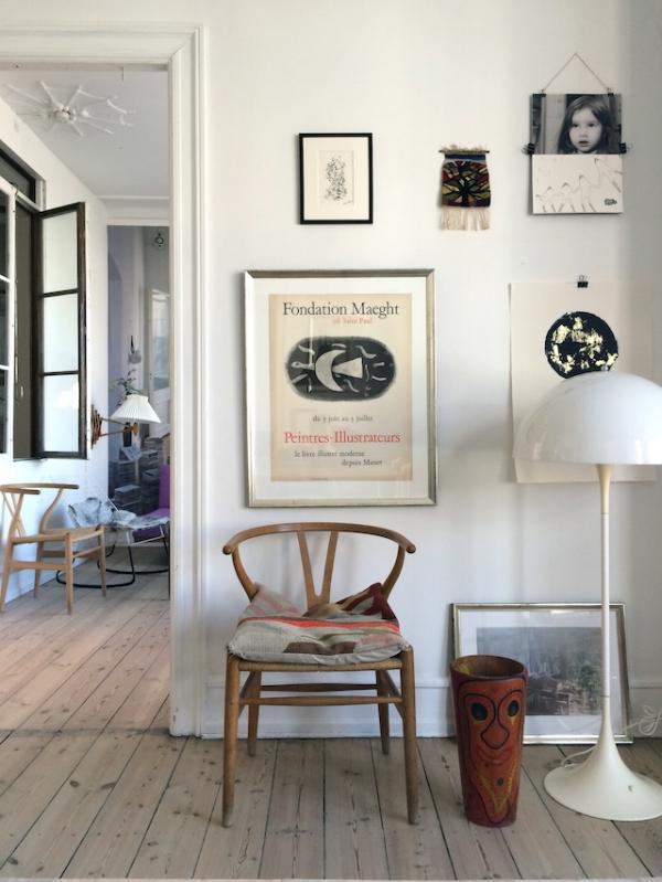 квартира Karen Maj Kornum, хозяйки дизайн-галереи Another Ballroom в датском Фредериксберге. всемирно известный стул Wishbone Ханса Вегнера  источник