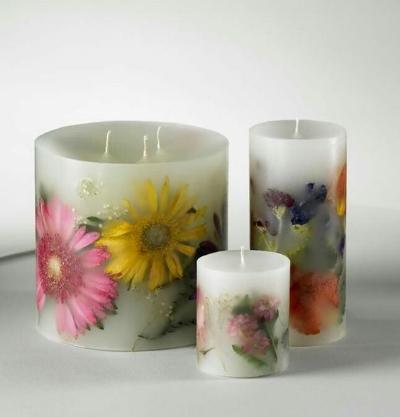 самодельные свечи с засушенными цветами из свадебного букета  источник