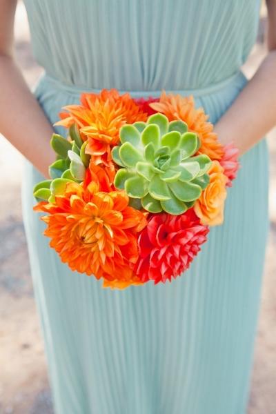 яркий букет невесты в тропическом стиле