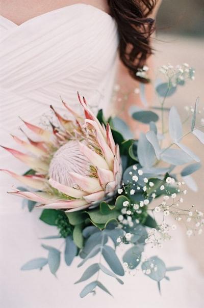 свадебный букет с протеей и эвкалиптом, букет в пастельных тонах