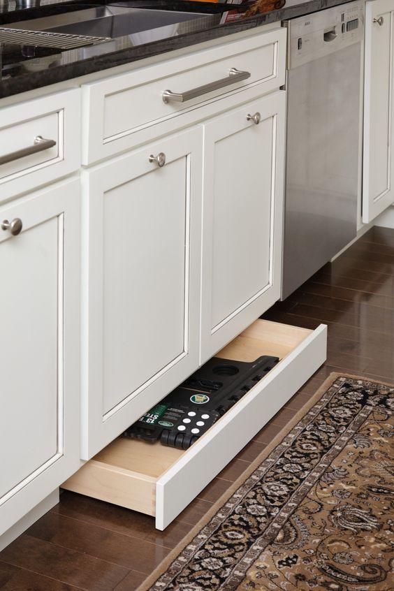 выдвижная полка под кухонными шкафами в цоколе источник
