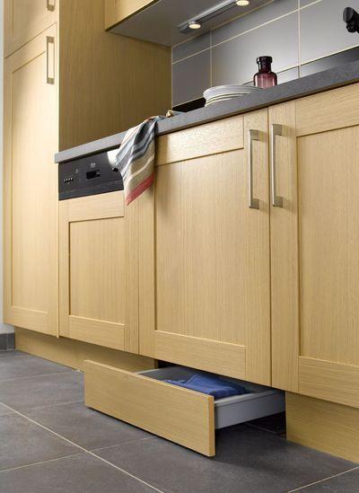 дополнительной ящик под нижним кухонным шкафом в цоколе  источник