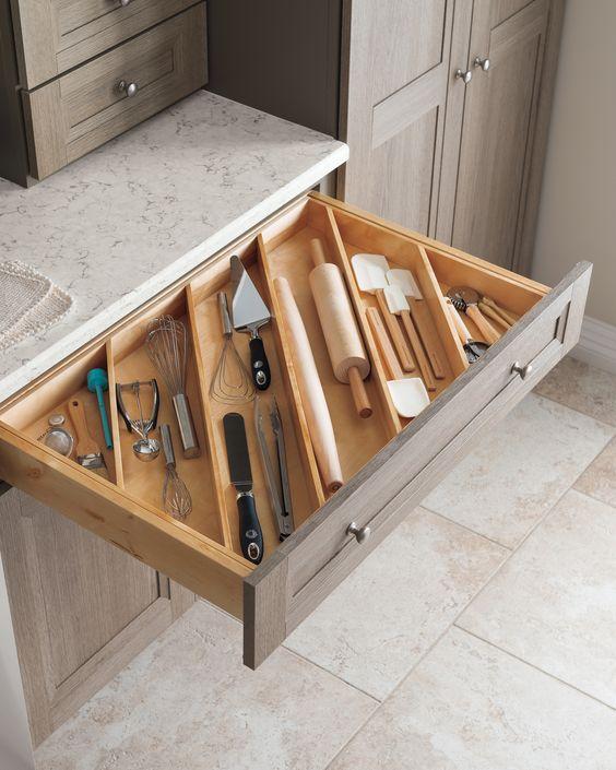 столовые приборы и кухонные принадлежности удобнее хранить в ящике по диагонали источник