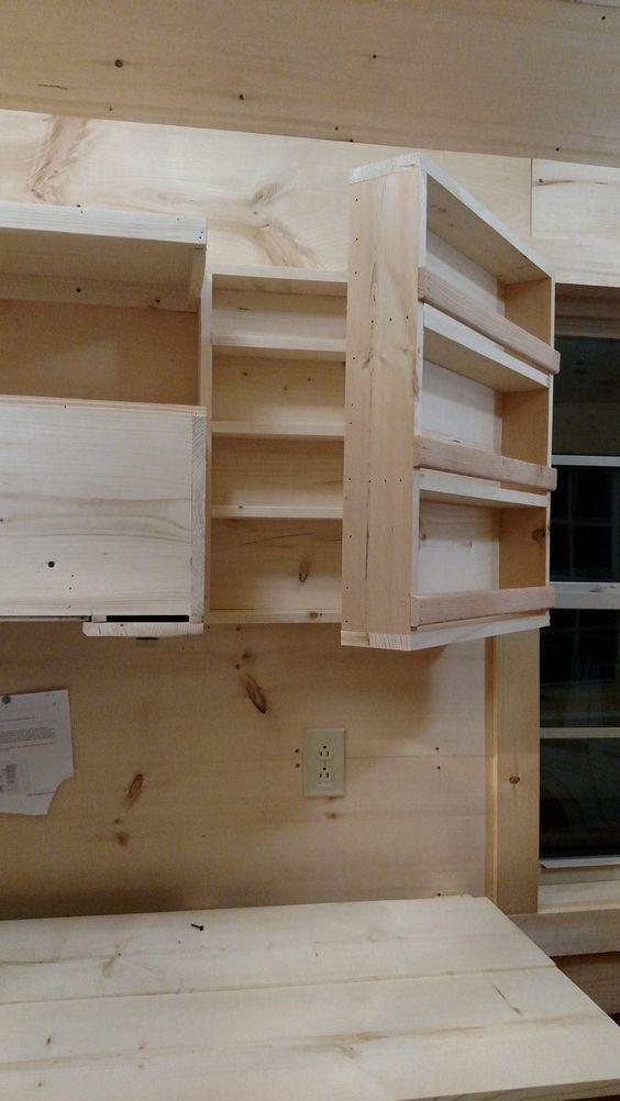 кухонный шкаф с двойным рядом полок  источник