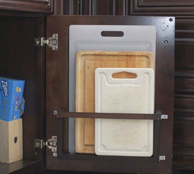 хранение разделочных досок на обратной стороны дверцы шкафа  источник
