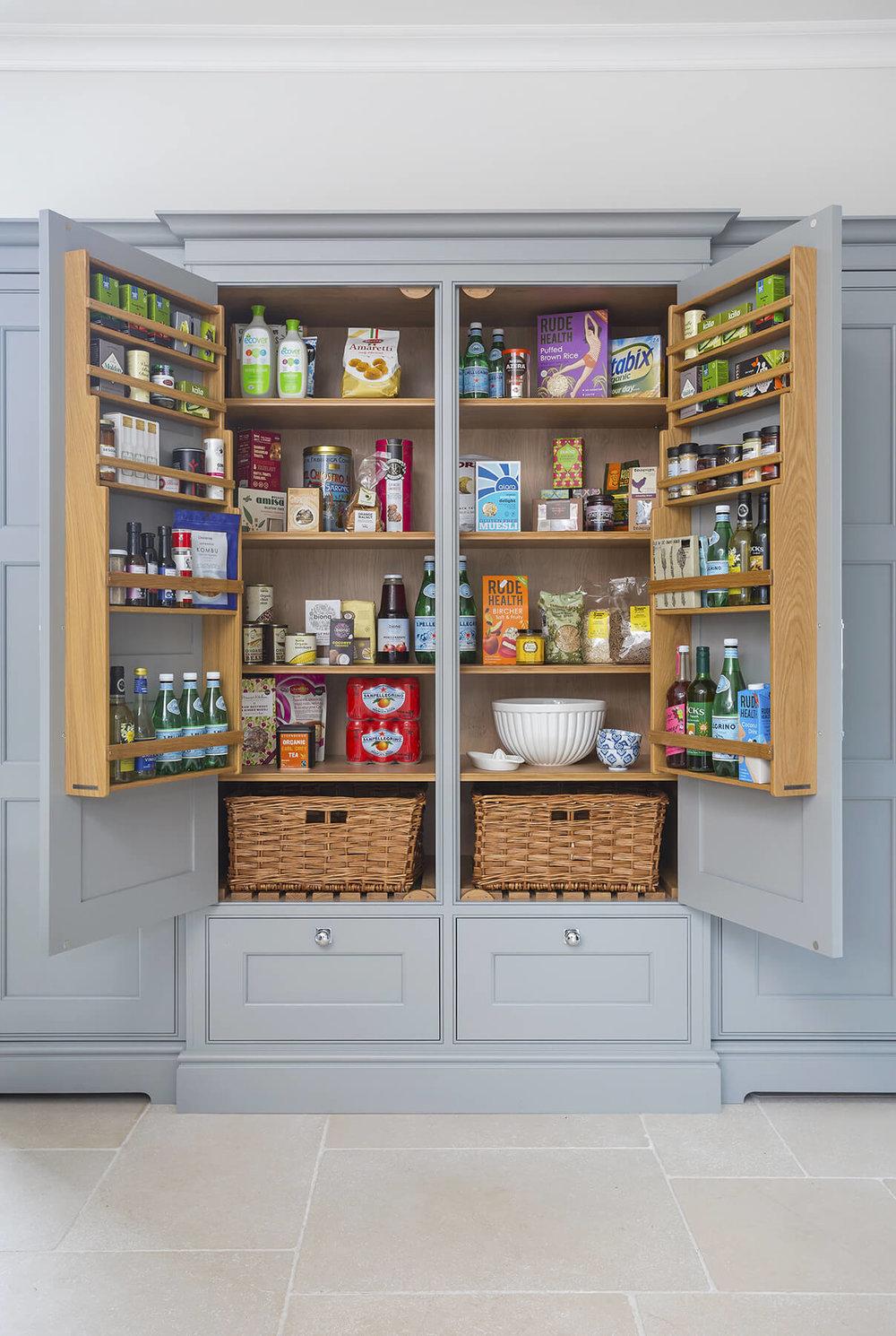 вместительные ящики на внутренней стороне дверцы шкафа  источник