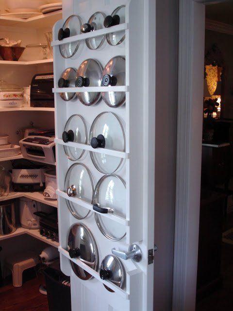 хранение крышек от посуды на внутренней стороне двери шкафа  источник
