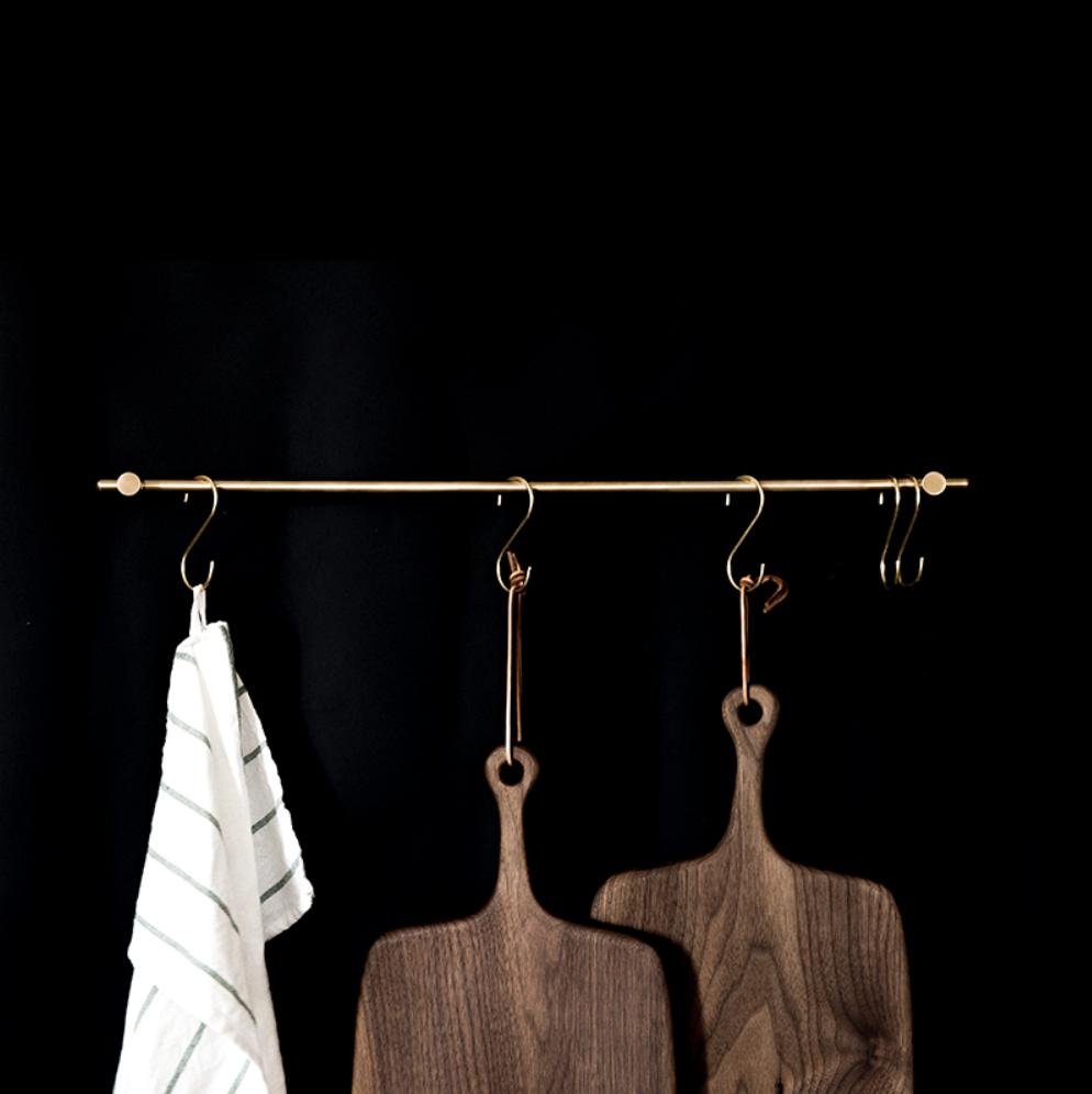 золотая металлическая штанга с крючками