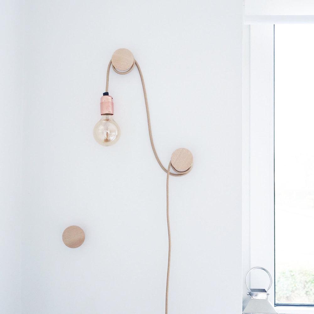 кабель в текстильной обмотке с фиксаторами по стене  источник