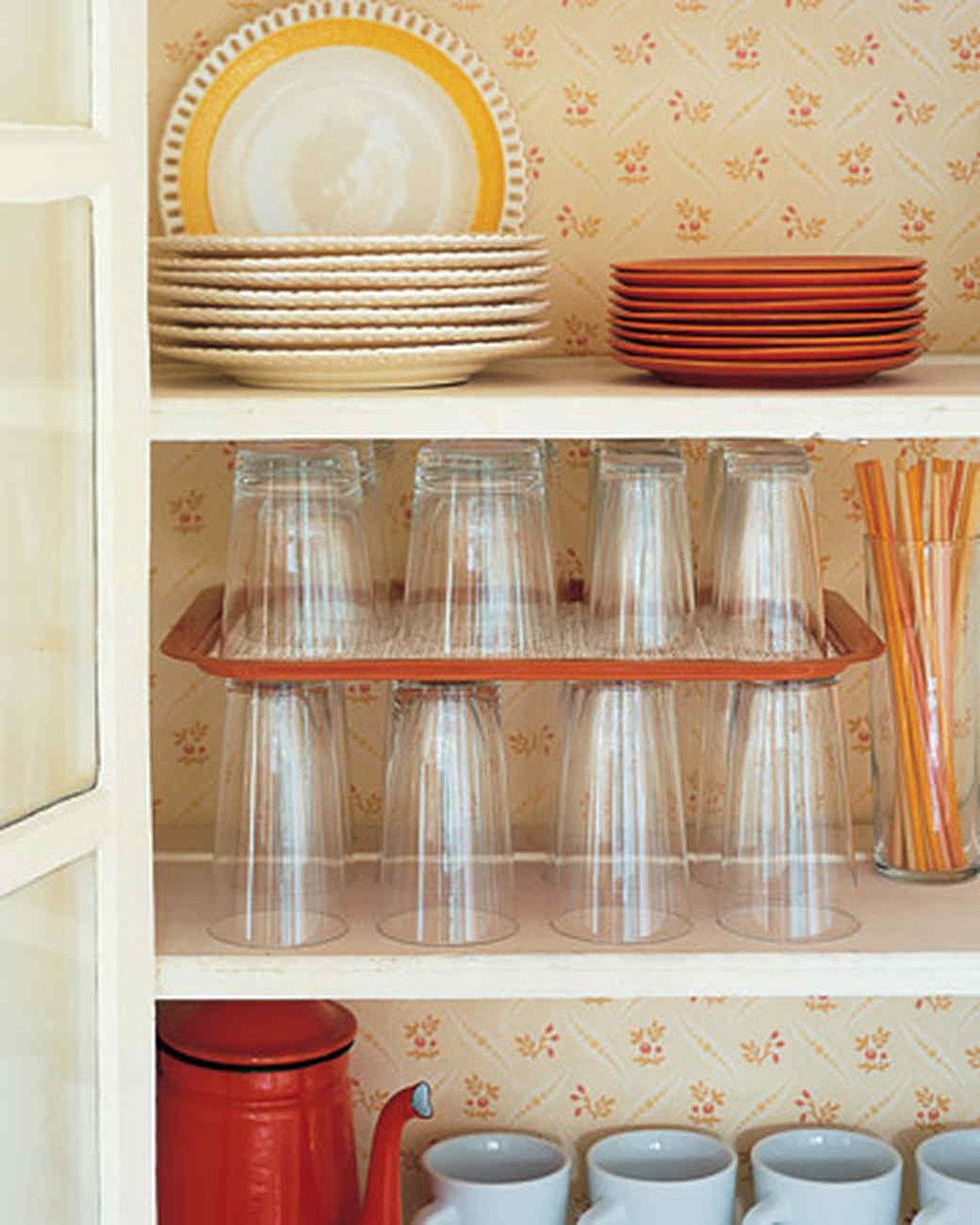 лучше не хранить стаканы, вложенными друг в друга - выше риск их расколоть. для создания второго ряда используйте пластиковый поднос  источник