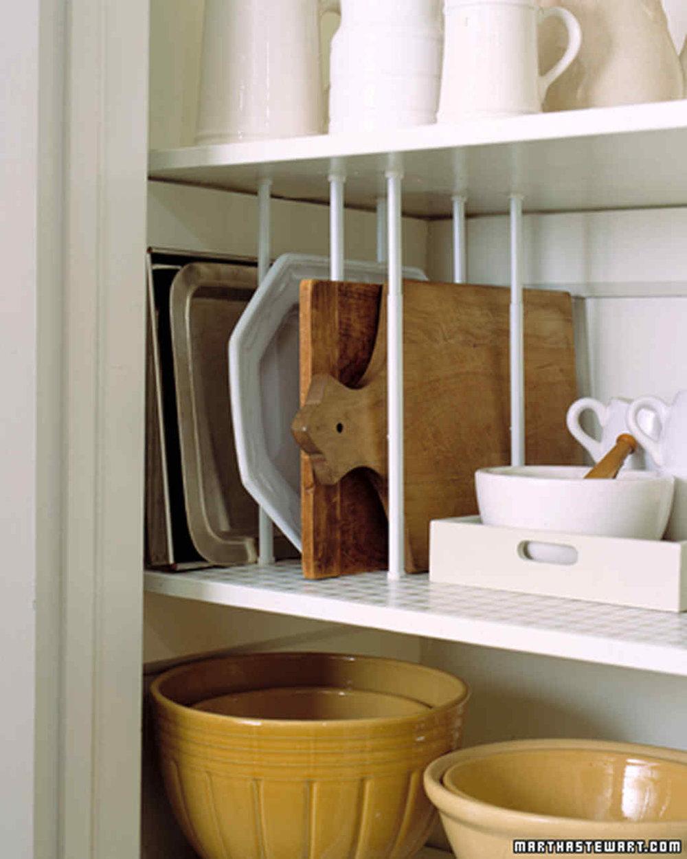 установите раздвижные штанги и храните плоские предметы вертикально, так они займут меньше места  источник