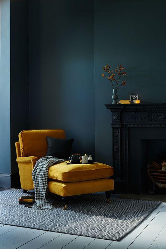 темные стены в гостиной, темно-бирюзовый сине-зеленый цвет  источник