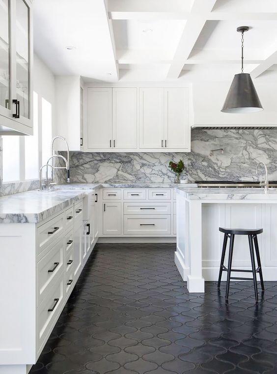 темные полы на кухне черная плитка  источник