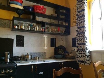 кто-то сделал на своей кухне открытые полки вместо шкафов, видимо, посчитал, что так сейчас модно