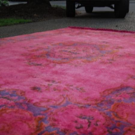 Оставить сохнуть - Промытый водой ковер оставили сохнуть на солнце на 2 дня.Анджела пишет, чтообязательно нужно стелить обновленный ковер на подложку, чтобы исключить возможность отпечатков лишней краски на полу. А также советует закрепитель красителя Rit Dye.Как вариант, можно дополнительно распылить протектор для текстиля на нижнюю поверхность ковра. Например, такой.