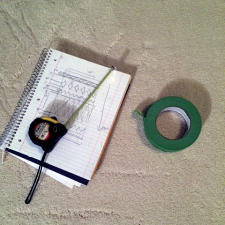 Производим замеры и набрасываем узор на бумаге - У Кейти был пример ковра, который она копировала, и схема, которую она набросала в блокноте.Но для того, чтобы наглядно представлять, где какой узор пойдет и какого точного размера он должен быть, она