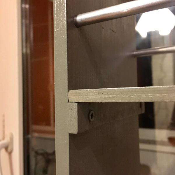 Конструкция крепления полок для выкатного стеллажа между холодильником и стеной