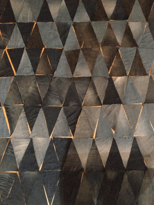 необычно уложенная треугольная плитка с золотой затиркой  источник