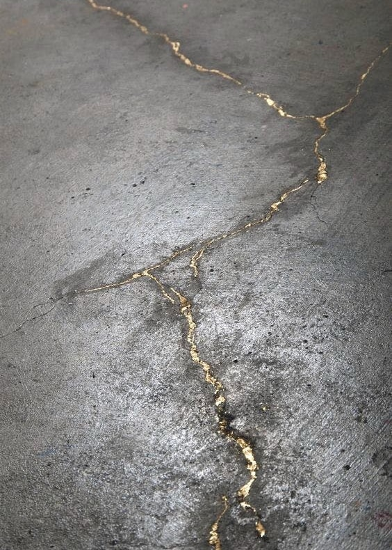 трещины в бетонном полу, заполненные золотом  источник