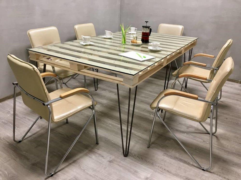 Переговорный деревянный стол из паллет, сделанный своими руками