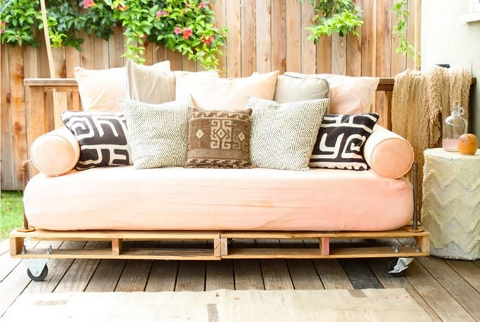 диван из поддонов садовая мебель источник:  Pretty Prudent blog