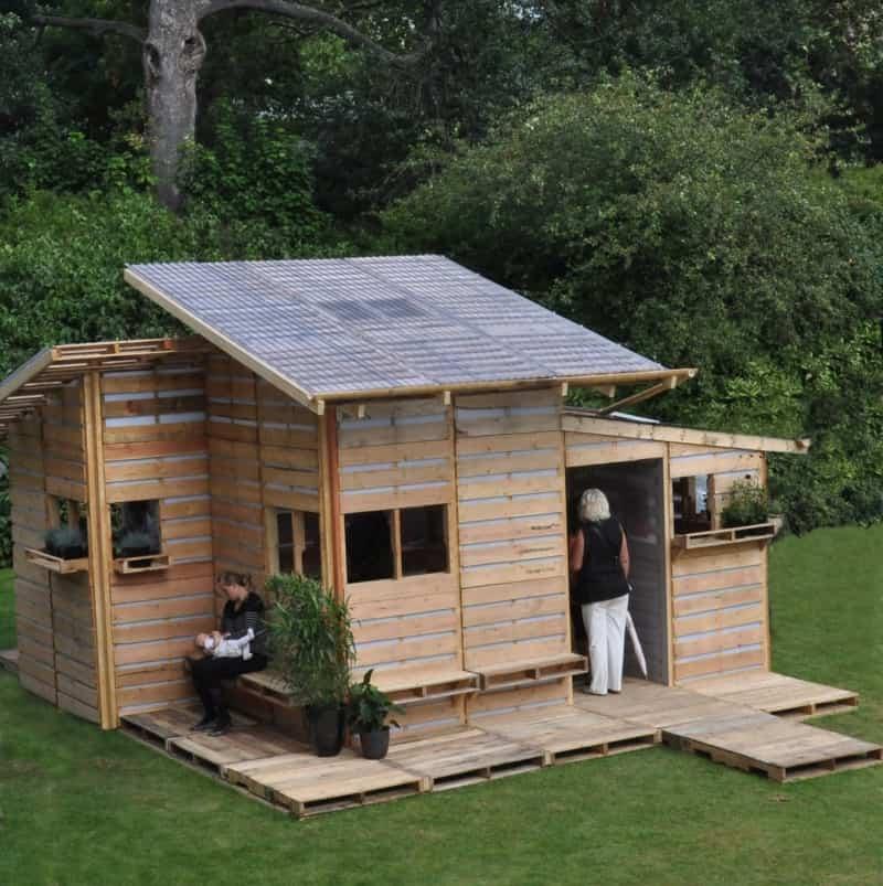 архитектурное бюро I-Beam разработали конструкцию временных домовдля беженцев. Каждый такой дом состоит из 100 паллет  источник