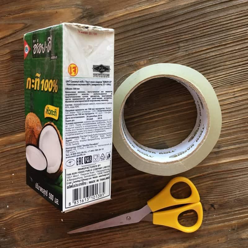 - Если для создания углублений вы используете полые формы, убедитесь, что цементная смесь в них не затечет.Я заклеила разрезы в пакете от кокосового молока скотчем.