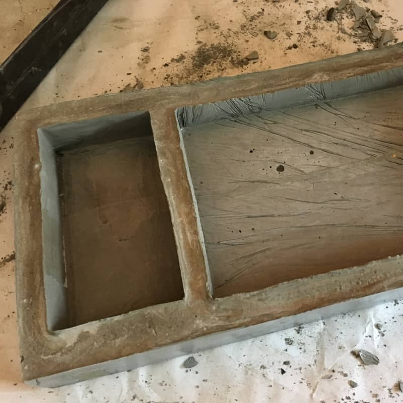 - Вот такая получилась бетонная заготовка для моего подноса.Края получились очень острые, но это легко исправить обычной наждачной бумагой.