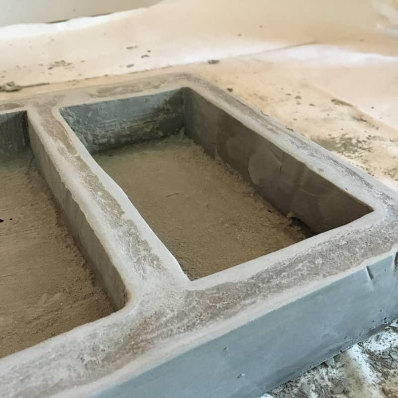 - Шкурить можно бумагой любой зернистости. Вначале я использовала мелкое зерно, чтобы снять острые края, сформировать желаемую поверхность и убрать глянец от скотча.