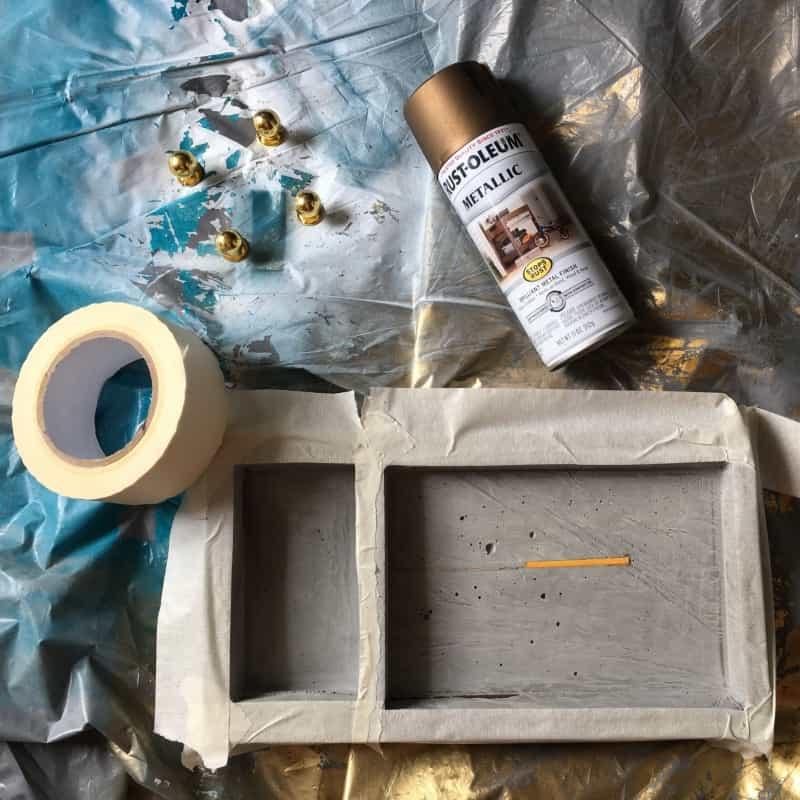 - У меня не хватило терпения, чтобы выждать еще 2 дня. После шкурения и очистки я приступила к покраске, потому что красить решила только внутренности подноса.Если планируете красить изделие полностью, обязательно дождитесь полного высыхания! Краска может создать непроницаемую пленку, и ваша заготовка не высохнет никогда.