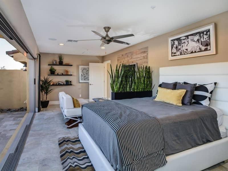 зонирование комнаты с помощью комнатных цветов  https://www.zillow.com/digs/contemporary-master-bedrooms-5966254504/
