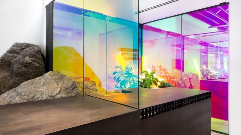 переливающееся радужное стекло (фото: www.aesop.com)