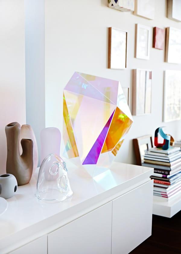 интерьерный декор из радужного стекла, призма (фото: thedesignfiles.net)