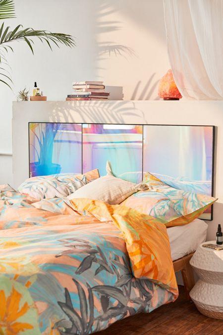 зеркальное изголовье кровати с голографическим эффектом хамелеон  фото