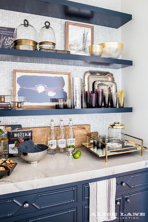 перламутровая плитка-мозайка на синей кухне  фото